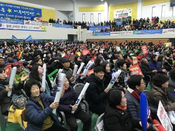 2018 평창 동계올림픽 한국과 스웨덴의 여자 컬링 결승전이 열린 25일 오전 경북 의성군 의성읍 의성체육관에서 주민들이 응원을 하고 있다. 의성=김정석기자