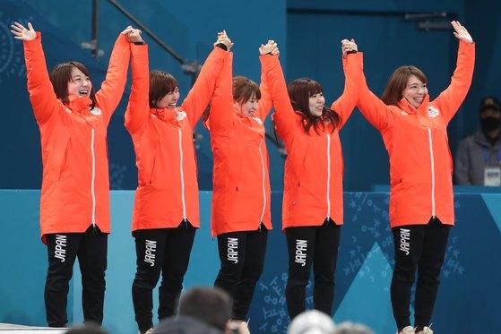 일본 여자 컬링 대표팀이 25일 강원도 강릉컬링센터에서 열린 2018평창 동계올림픽 컬링 여자 3,4위 결정전에서 영국을 꺾고 동메달을 획득한 뒤 시상대에 오르고 있다. 2018.2.25/뉴스1
