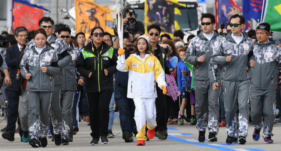 '2018 평창동계올림픽' 성화 봉송 첫 주자인 피겨 선수 유영이 성화를 들고 달리고 있다. 조문규 기자