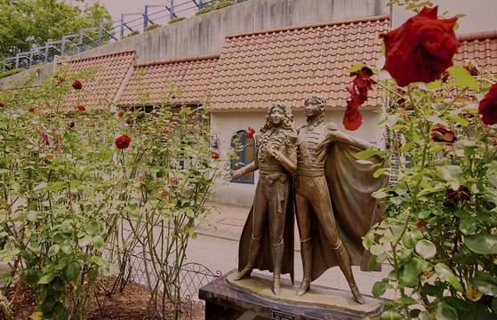 다카라즈카역에서 대극장에 이르는 길 곳곳엔 배우들의 동상이 놓여져 있다. [사진=다카라즈카시 제공]