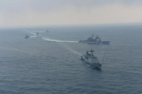 지난 2014년 3월 14일 펼쳐진 한미 연례 연합 해군 훈련. 동ㆍ서ㆍ남해 상에서 독수리 연습 일환으로 한미 연합해군 펼친 기동 훈련의 한 장면이다. [중앙포토]