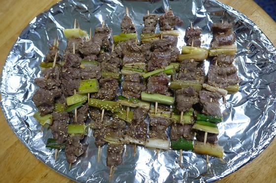 당제의 희생이 된 소 고기를 나눠 받은 '부두민박식당'에서 꼬치 산적을 만들었다. 차례상에 올리고 설날 아침 동네를 도는 농악대 술상에 안주로 내기도 한다.