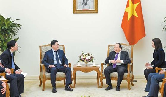 지난 8일 조현준 회장(왼쪽)이 베트남 하노이 총리 공관에서 응우웬 쑤언 푹 총리를 만나 사업 확대 방안을 협의하고 베트남을 발판으로 세계시장 공략에 나설 뜻을 밝혔다. [사진 효성그룹]