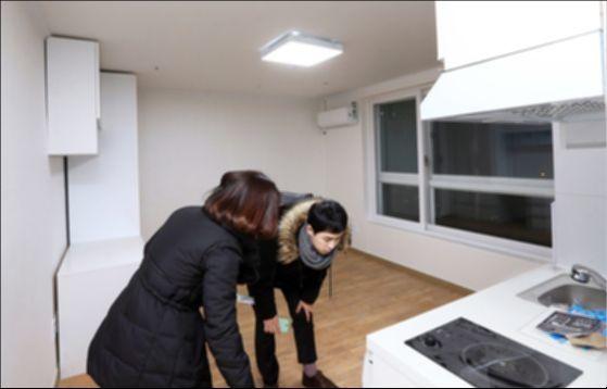 신혼집 구하는 청년이 공인중개사와 집을 둘러보고 있다(내용과 연관없는 사진). 강정현 기자
