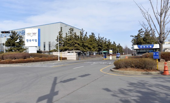 미국의 글로벌 기업 지엠(GM)이 오는 5월 한국 지엠 군산공장 폐쇄를 전격 발표하면서 전북도가 충격에 휩싸여 있는 가운데 21일 한국 GM 군산공장 근로자들이 공장밖으로 나오고 있다.김성태/2018.02.21.