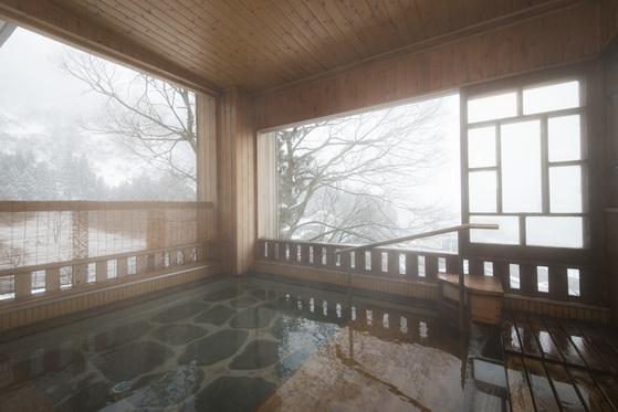 니가타현 유자와는 소설 『설국』이 탄생한 고장이다. 가와바타 야스나리가 료칸 '다카한'에 머물며 작품을 썼다. 다카한은 800년 역사를 자랑하는 온천으로, 작가가 묵었던 객실을 그대로 보존하고 있다.