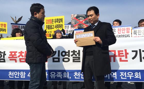 신동권 청와대 국정상황실 행정관이 항의서한을 받으러 왔으나 유족들의 항의로 발길을 돌렸다. 오원석 기자