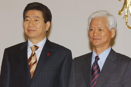 2005년 1월 노무현 당시 대통령이 청와대에서 이강철 당시 시민사회수석비서관에게 임명장을 수여한 뒤 기념 촬영을 하고 있다. [중앙포토]