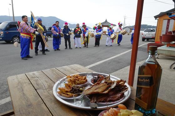 농악대가 일반 주민의 집으로는 처음 '부두민박식당'에 들렀다. 주안상에는 전날 차례상에 올린 제수가 고루 차려졌다.