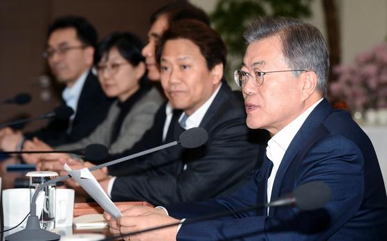 문재인 대통령이 26일 청와대에서 열린 수석보좌관 회의에서 모두 발언을 하고 있다.청와대사진기자단