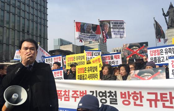 광화문 광장에서 기자회견을 열고 있는 이성우 천안함유족회 회장(왼쪽). 오원석 기자