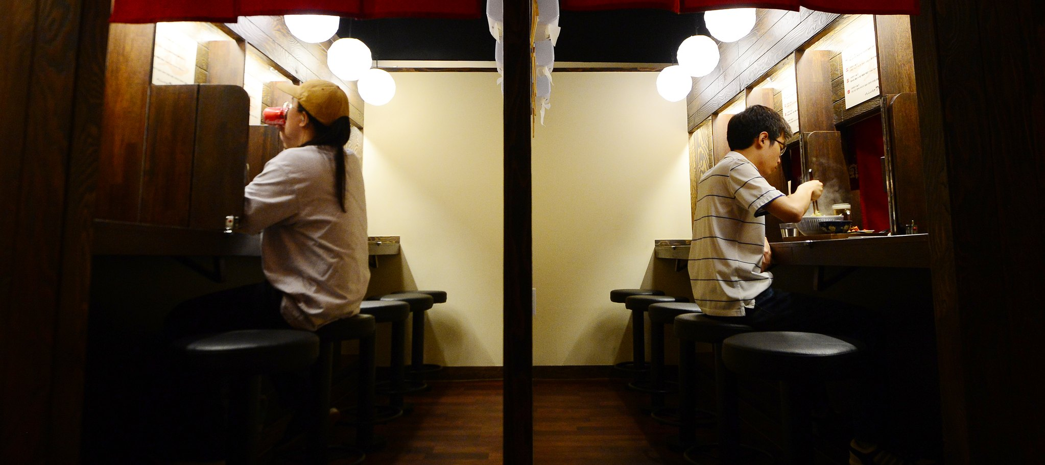 서울의 한 혼밥 식당에서 혼자 식사를 하고 있는 남성들의 모습. 1인 가구 증가로 혼밥은 갈수록 늘고 있다. [뉴스1]