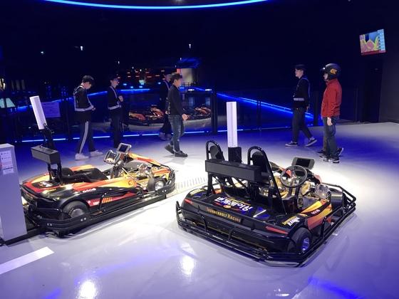가상현실 기술이 접목된 제주 번개레이싱 테마파크에서 관광객들이 레이싱을 하기 위한 준비를 하고 있다. 최충일 기자