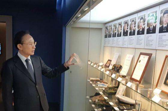 평택 천안함 기념관을 방문한 이명박 전 대통령 [사진 SNS 캡처]