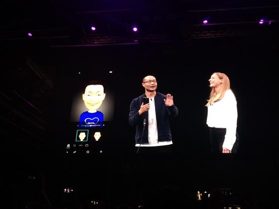 갤럭시S9으로 AR 이모지를 만드는 모습. 얼굴 특징을 인식해 영화 속 아바타처럼 만든다. [사진 강기헌 기자]