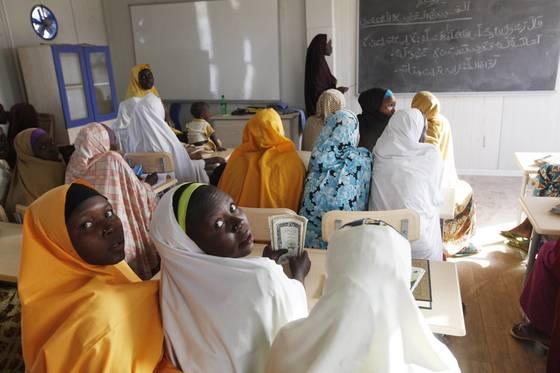 지난 2015년 나이지리아 마이두구리의 한 학교에서 수업 중인 여학생들 모습. 나이지리아에선 2014년 보코하람에 의한 대규모 여학생 납치 사건 이후 또다시 지난 19일 110명이 실종되는 사건이 발생했다. [AP=연합뉴스]
