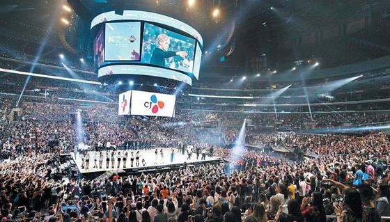 CJ그롭은 K-컬처를 전 세계에 확대하는 데 앞장서고 있다. 지난해 8월 미국 LA에서 열린 KCON 페스티벌의 엠카운트다운 공연에는 2만9000여 명이 참석해 행사를 즐겼다. [사진 CJ그룹]