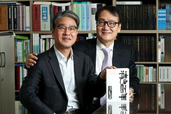 박종권(오른쪽)·종률 형제가 선친과 자신들이 쓴 칼럼을 엮은 『청언백년』 을 펴냈다. [장진영 기자]