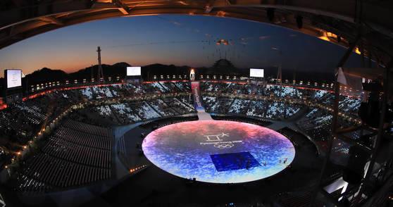 25일 강원도 평창 올림픽스타디움에서 열린 2018평창동계올림픽 폐회식을 앞두고 경기장 너머로 해가 저물고 있다. [연합뉴스]