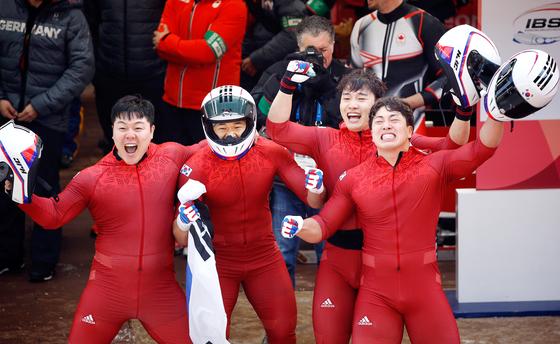 한국 봅슬레이 대표팀이 25일 강원도 평창슬라이딩센터에서 열린 2018 평창 겨울올림픽 남자 4인승 경기에서 은메달을 따냈다. 원윤종·김동현·전정린·서영우 선수(왼쪽부터)가 환호하고 있다. [AP=연합뉴스]