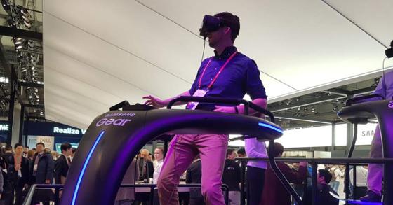 26일 스페인 바르셀로나에서 개막한 MWC 행사장에서 한 관람객이 삼성이 마련한 가상현실 기기를 체험하고 있다. 이정봉 기자