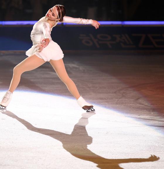 2010년 7월 23일 오후 경기 고양시 일산 킨텍스 특설링크에서 열린 아이스쇼 `2010올댓스케이트섬머`에서 전 미국 피겨 싱글 국가대표 샤샤 코헨이 연기를 펼치고 있다. [중앙포토]