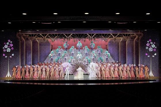 여성으로만 이뤄진 다카라즈카 가극단 이 '부케 드 다카라즈카' 공연을 하고 있다. 이들의 공연은 10년간 계속 만석을 기록하며 '연극계의 기적'이란 평가를 받고 있다. [사진 다카라즈카 가극단] ⓒ宝塚歌劇団