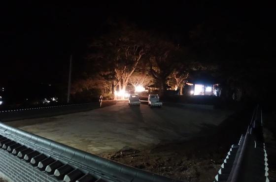 설날 오전 1시 30분, 불이 환하게 켜진 당 숲. 제사 절차가 끝나면서 출입이 가능해졌다.