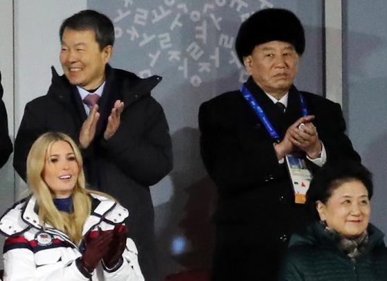 김영철 북한 노동당 중앙위원회 부위원장이 25일 오후 강원도 평창 올림픽스타디움에서 열린 평창 동계올림픽 폐막식에서 이방카 트럼프 미국 백악관 보좌관의 지근거리에서 박수를 치고 있다. [연합뉴스]