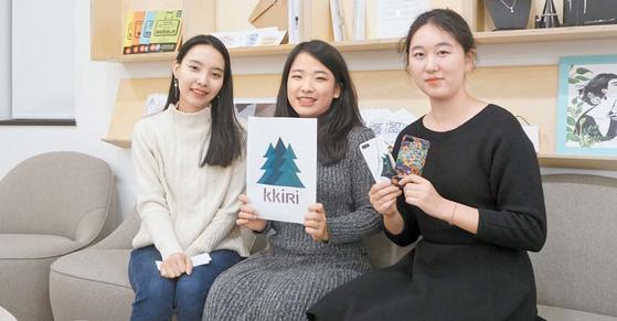 '끼리(KKIRI)'팀 민기은·길연지·박정현씨(왼쪽부터). 아티스트와 지역 소상공인 간의 공간 공유 플랫폼 사업을 추진한다. [사진 숙명여대]