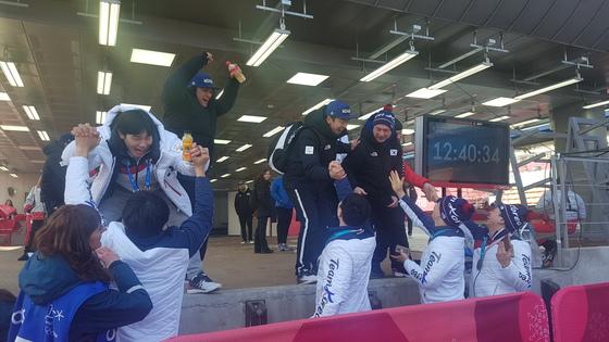 25일 강원도 평창 올림픽슬라이딩센터에서 열린 2018 평창 겨울올림픽 봅슬레이 남자 4인승에서 윤성빈(왼쪽)이 봅슬레이 대표팀 선수들과 손을 맞잡고 환호하고 있다. 평창=김지한 기자