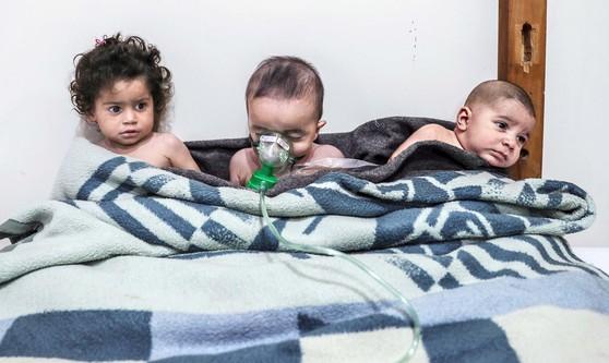 내전을 겪고 있는 시리아 동구타 지역에서 정부군의 독가스 공격을 받은 어린이들이 지난 25일(현지시간)치료를 받고 있다. [EPA=연합뉴스]