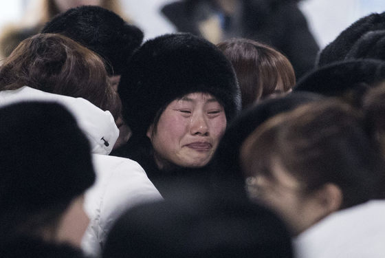 2018평창동계올림픽이 끝난지 하루가 지난 26일 오전 강릉 올림픽 선수촌에서 남북 여자 아이스 하키팀이 작별 인사를 하고 있다.[강릉=연합뉴스]
