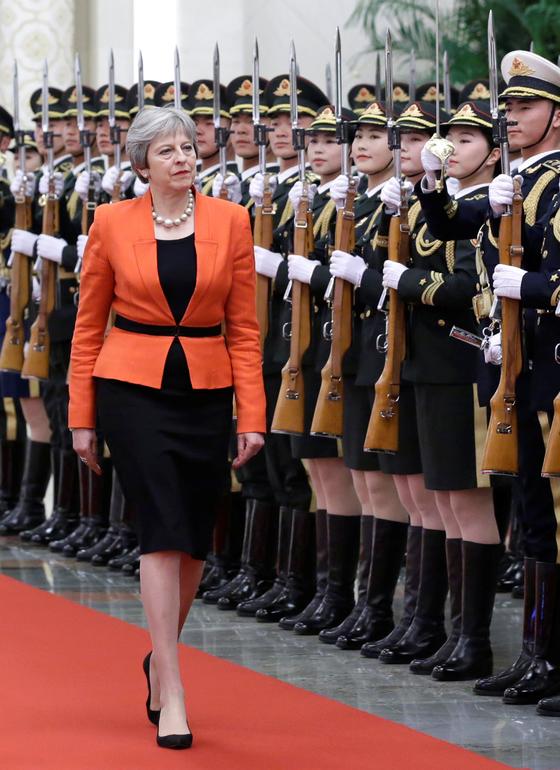 중국을 방문해 의장대를 사열 중인 테리사 메이 영국 총리 [로이터=연합뉴스]