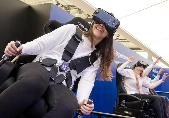'모바일 월드 콩그레스(MWC) 2018' 삼성전자 전시장에서 모델들이 '기어 VR'을 체험하고 있다. [사진 각 사]