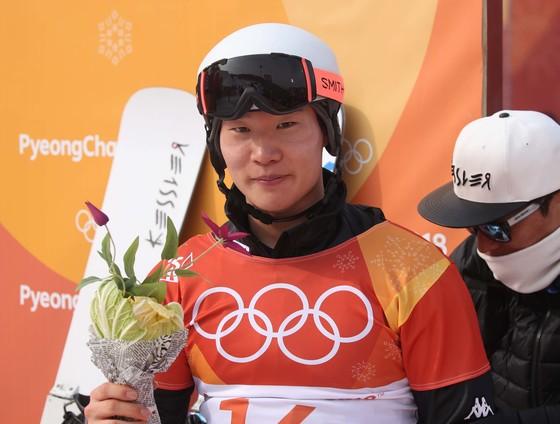'배추보이' 이상호(23)가 한국 스키 사상 첫 올림픽 은메달을 목에 걸었다 24일 강원도 평창 휘닉스 스노 경기장에서 열린 스키 스노보드 남자 평행대회전 결승에서 이상호는 네빈 갈마리니(스위스)에게 0.43초 차로 져 준우승했다, 오종택 기자