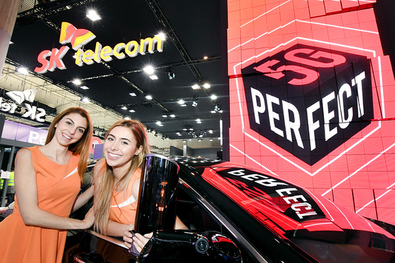 MWC 전시장 내 SK텔레콤 부스에서 모델들이 '5G 자율주행차'와 인공지능 홀로그램 '홀로박스'를 선보이고 있다. [사진 각 사]