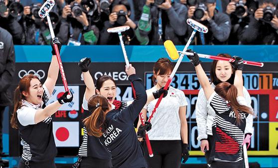 평창올림픽 4강전에서 일본을 꺾은 뒤 기뻐하는 컬링대표팀. 은메달을 딴 이들은 대한컬링경기연맹으로부터 포상금을 받지 못한다. 대신 후원사와 문체부로부터 포상금을 받을 것으로 보인다. [연합뉴스]