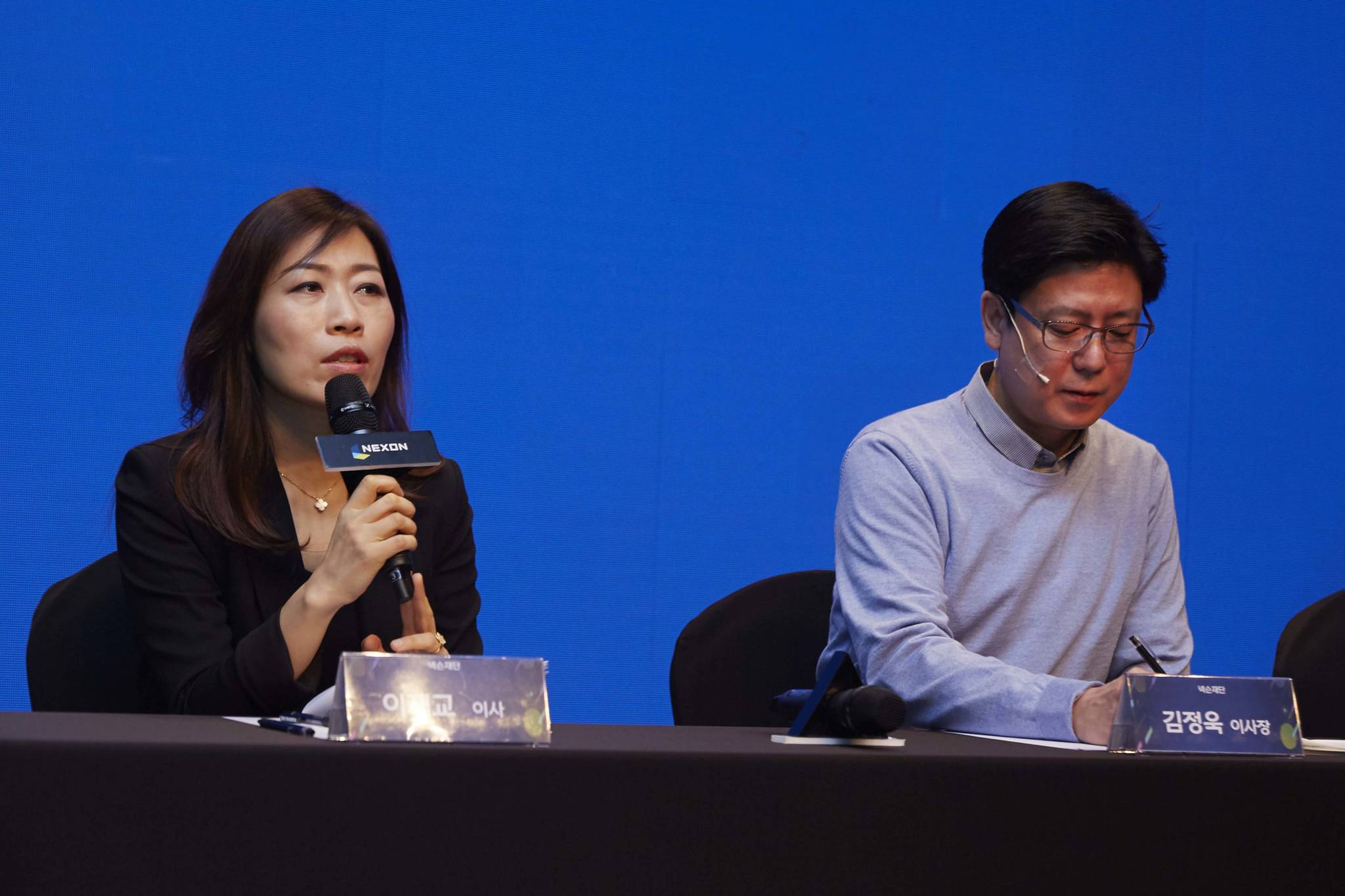 넥슨재단 설립을 발표하는 김정욱 넥슨재단 이사장(오른쪽)과 이재교 이사. [사진 넥슨코리아]