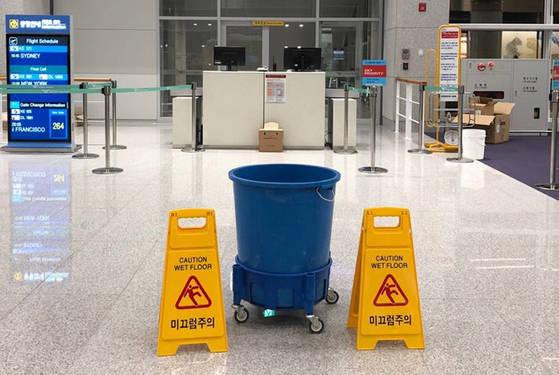인천국제공항공사에 따르면 이날 오후 5시쯤 부터 제2터미널 266번 게이트 탑승구역 천장에서 물이 새기 시작해 공사 측은 현장에 펜스와 물받이 통을 설치하는 등 임시 조처를 했다. [독자 제공=연합뉴스]