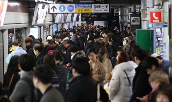 27일 오후 서울 지하철 1호선 서울역-남영역 사이 구간에서 40대 추정 남성이 하행선 선로에 뛰어들어 열차와 충돌했다. 이 사고로 1호선 인천·천안 방향 하행선 운행이 사고 직후부터 1시간 이상 중단됐다. [연합뉴스]