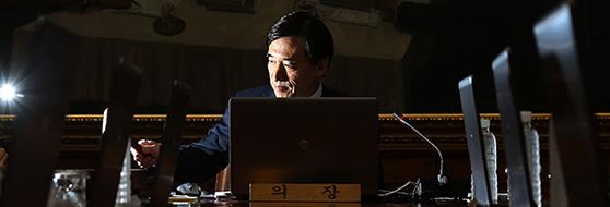 이주열 한국은행 총재가 27일 임기 중 마지막으로 금융통화위원회를 주재했다. 이날 금통위는 기준금리를 연 1.5%로 동결했다. 사진은 이 총재가 2014년 7월 10일 금통위 전체회의에서 의사봉을 두드리고 있는 모습. [중앙포토]