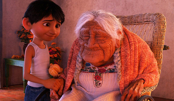 최근 개봉한 디즈니&픽사 애니메이션 '코코'는 사후세계를 다뤄 아이보다 어른에게 더 큰 감동을 주었다. 40세 이상 남녀 500명을 대상으로 한 설문조사에서 응답자의 46%가 가정 임종을 선호했다. 그 이유는 가족과 많은 시간을 보낼 수 있다는 점이라고 말했다. ⓒ2017 Disney Pixar. All Rights Reserved.