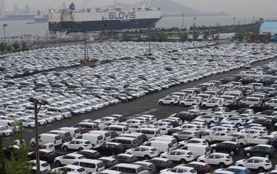이달 자동차업계의 체감경기가 개선되는 것으로 나타났다. 사진은 지난해 5월 울산 현대자동차 수출전용부두를 가득채우고 있는 차량의 모습. [중앙포토]