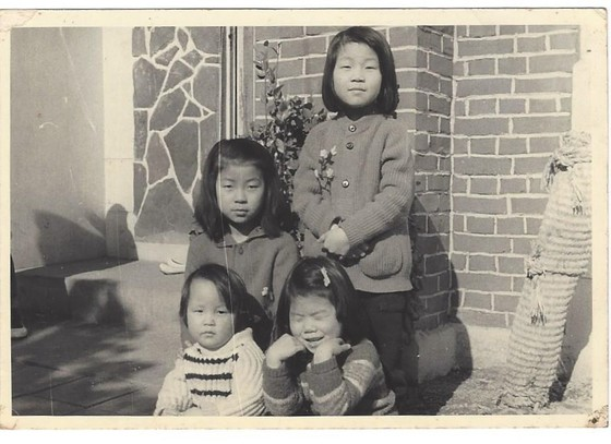 남편이 국회의원이 되어 서울에 집을 얻어 이사 온 기념으로 찍은 사진. 이제는 이 딸들도 60이 되었다. 내 마음 속에는 언제나 어린 딸들이다. [사진 김길태]