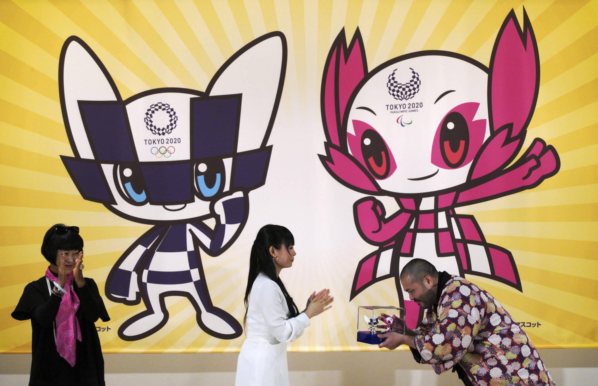 2020 도쿄 올림픽과 장애인 올림픽의 마스코트 역할을 맡을 캐릭터의 디자이너 인 료구(Ryo Taniguchi, 오른쪽)가 28 일 도쿄에서 디자인 캐릭터의 3D 모델을 받고 있다. [AP=연합뉴스]
