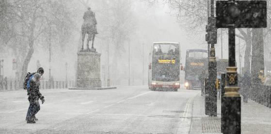 27일 많은 눈이 내린 런던 거리. [AP=연합뉴스]