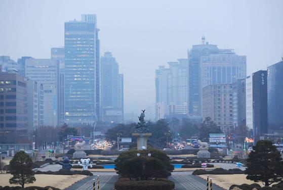 미세 먼지 농도가 '나쁨' 수준을 보인 28일 오전 서울 여의도 일대가 뿌옇다. [연합뉴스]