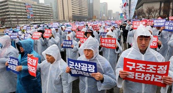 한국GM 노조원들이 28일 오후 서울 세종로 소공원 앞에서 열린 GM문제해결을 위한 금속노조결의대회에서 군산공장 폐쇄철회와 구조조정 중단을 촉구하고 있다. [뉴스1]