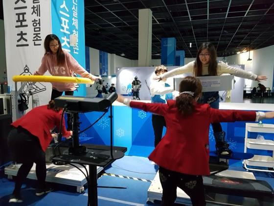 국립부산과학관 동계스포츠과학 특별전에 마련된 VR 스노보도를 두 아이가 직접 해보고 있다. [이은지 기자]